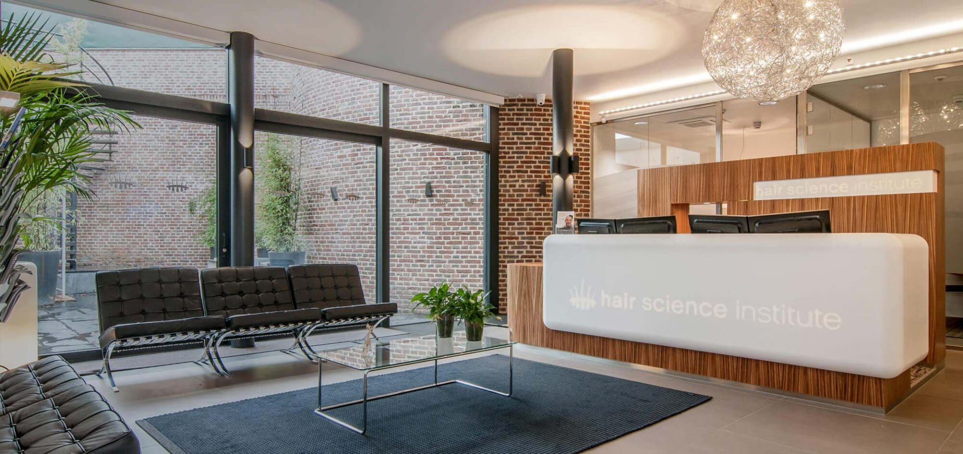 Haartransplantatie kliniek Maastricht balie met Binnentuin